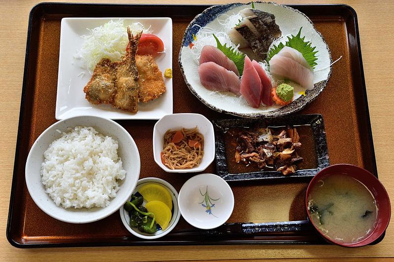 「まんぷく定食」は、マグロ、メダイ、サゴチ、ワラサのお造りや、シイラとアジのフライ、煮魚などがセットになったボリューム満点のメニュー