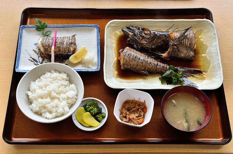 「エンザラセット定食」は、幻の魚「エンザラ」を塩焼きと煮付けでたっぷり堪能できるメニュー。脂がのった身が絶品