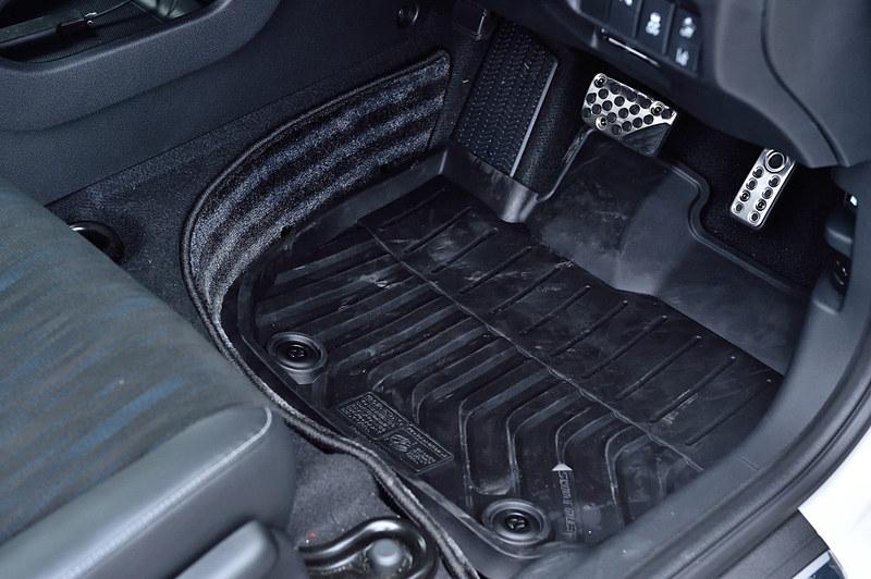 運転席と助手席には「ラバーマット(縁高タイプ)左右セット」を装備。ドロドロになった靴で乗っても丸洗いできて安心