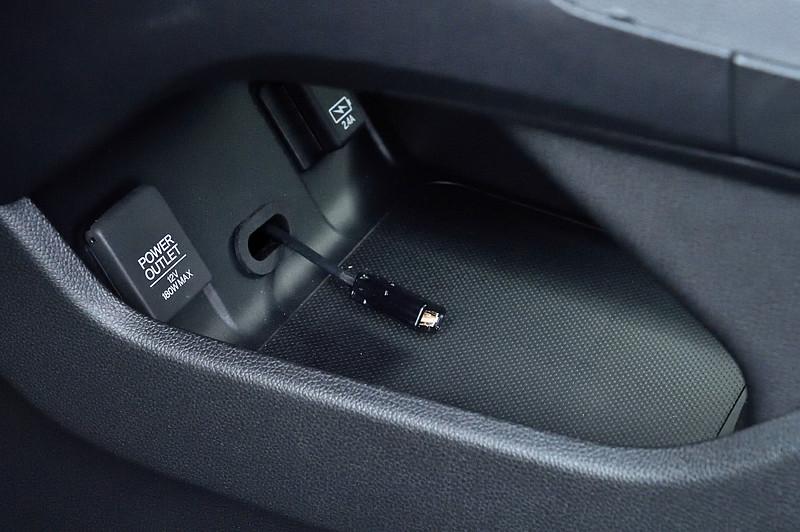 「USBチャージャー」も取り付けておくと、休憩中にスマートフォンなどの充電ができて便利