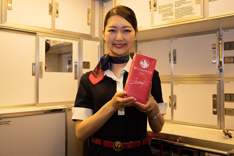 「JAL CAFE LINES」アイスコーヒーは、コーヒーハンターとして知られる川島良彰氏によるプロデュース製品。あらかじめ抽出されたアイスコーヒーが機内に持ち込まれ提供されている
