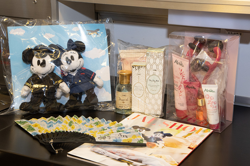 人気の機内販売商品各種。夏らしいものやディズニーコラボレーショングッズに人気があるという © Disney