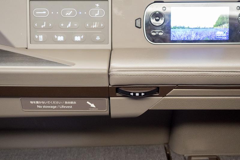 前後に動かすだけでシートを操作できるダイヤル状のコントローラ。寝ている状態でも操作しやすい
