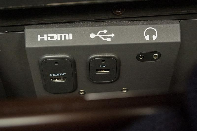 収納スペース内にあるHDMI入力、USB電源、ヘッドフォン出力