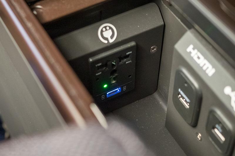 同じく収納スペース内のユニバーサルAC電源。USB電源は合計で2個装備する