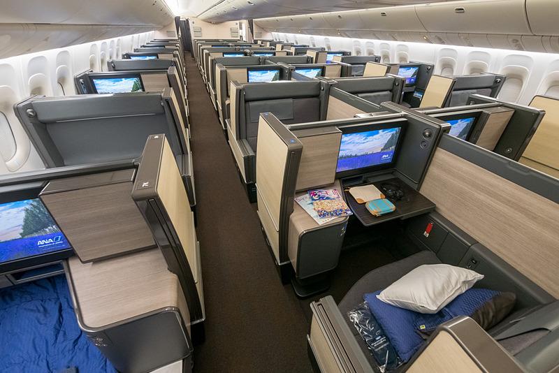 ビジネスクラス。前向き席、後ろ向き席が交互に並ぶのが特徴
