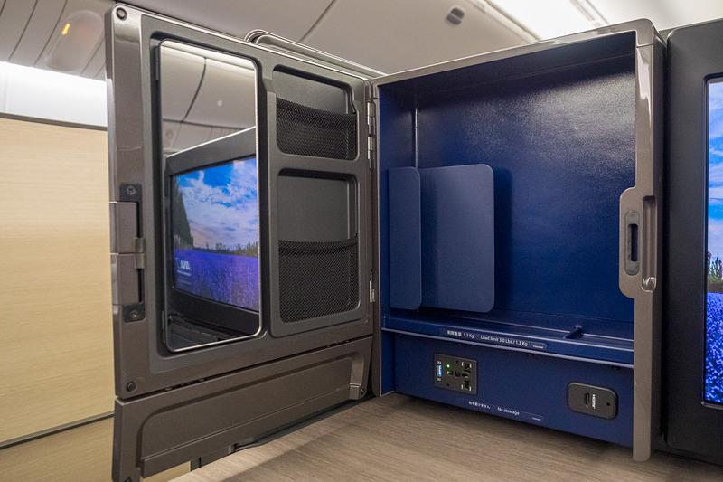 扉に鏡、や小物入れなどを装備