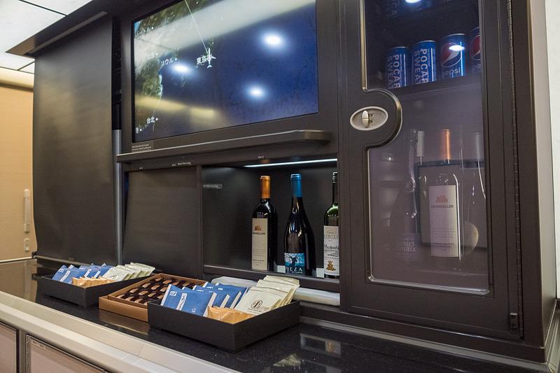 バーカウンターも刷新し、冷蔵庫やモニターを装備する
