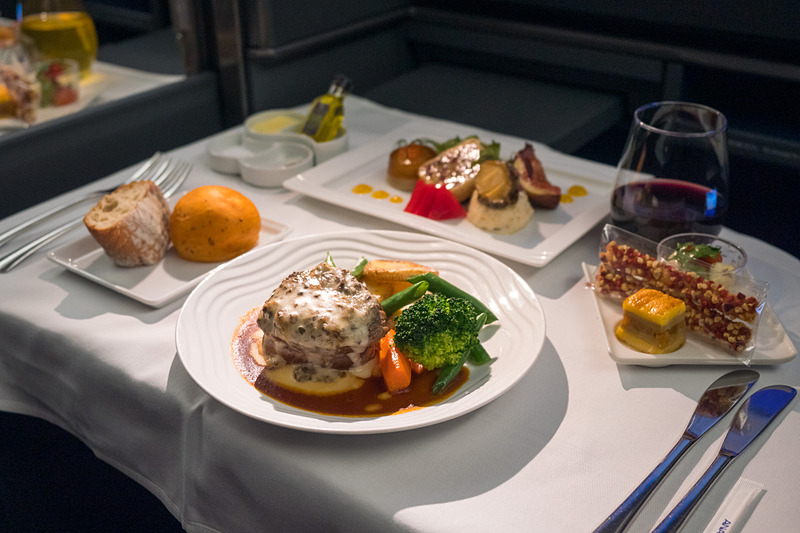 ANAでは秋からファーストクラスとビジネスクラスの洋食器をリニューアル予定。写真は日本発欧米路線ビジネスクラスの洋食(写真左)と和食(写真右)