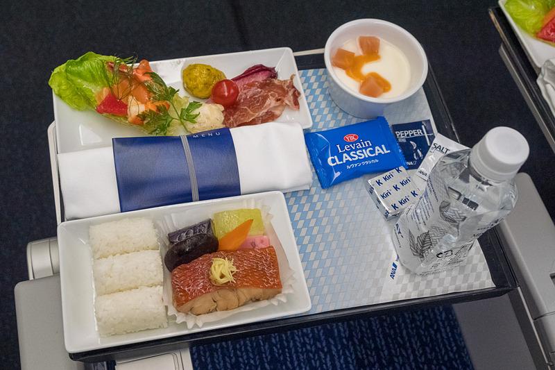 プレミアムエコノミーとエコノミークラスで4月からサービスを開始した、24時間前まで予約できる2500円の有料機内食(洋食/写真左と和食/写真右)