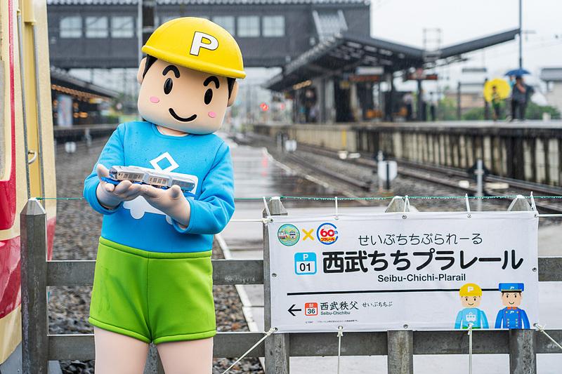 駅名看板と一緒にプラレールのキャラクター「てっちゃん」も記念撮影
