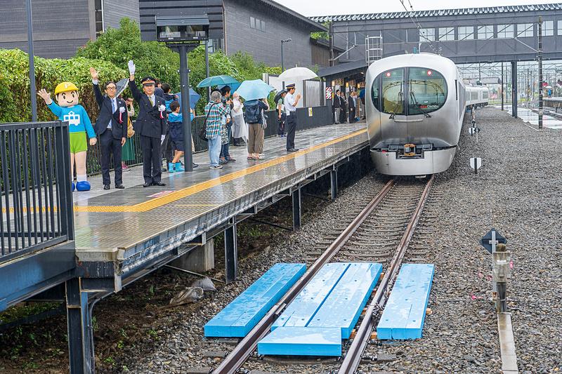 佐藤管区長の発車合図で青い線路の上を動き出した特急ちちぶ20号池袋行き。新型特急車両ラビュー