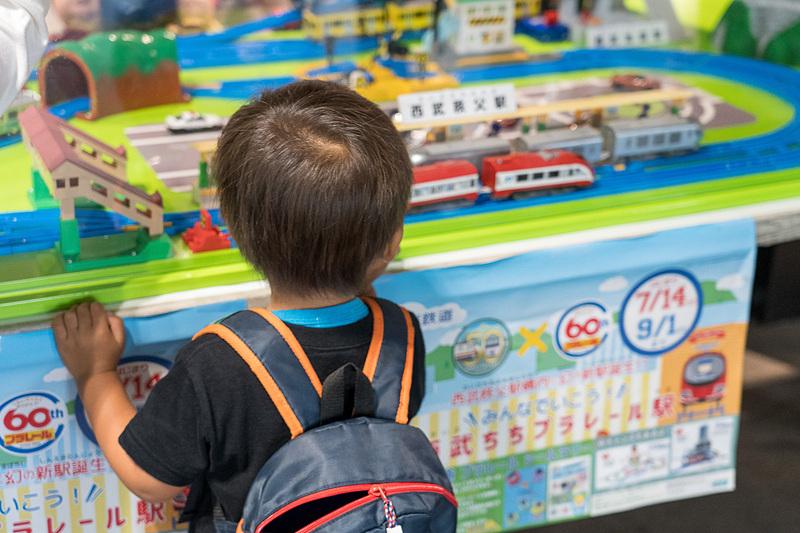 さっそく親子連れが何組も。「プラレールは、社会に貢献し、子供たちの想像力を育み、親子のコミュニケーションを助ける鉄道玩具として親しまれています」というタカラトミーの小島社長の言葉がしみじみと実感できました