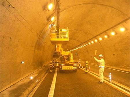 トンネル照明設備点検