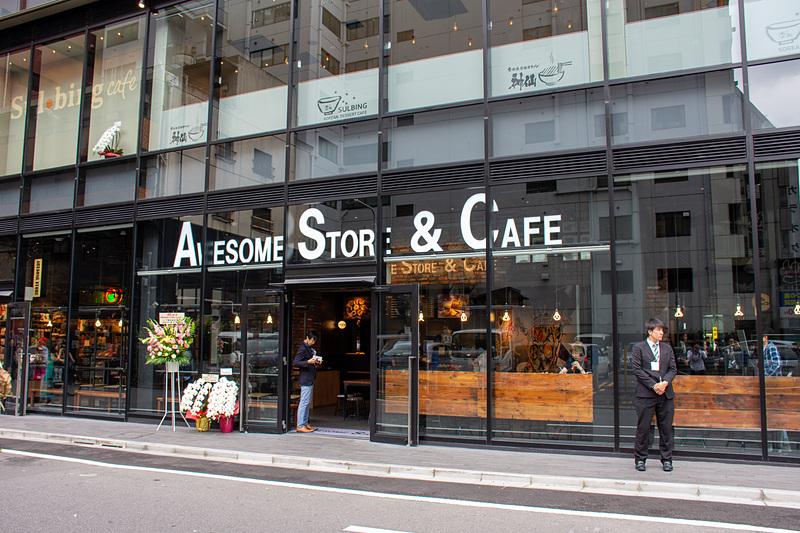 通りに面した「オーサムストア&カフェ」