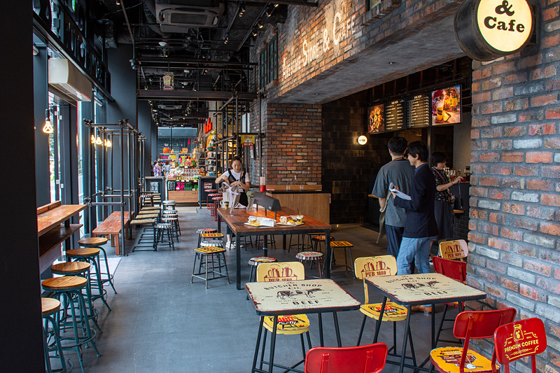 カフェ併設は原宿に続く2店舗目だが、規模的にこちらが旗艦店になるという