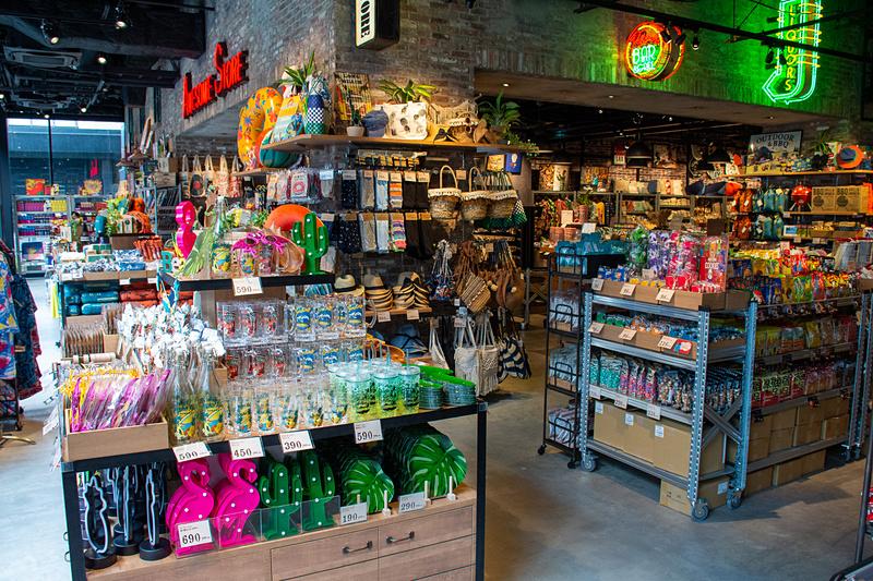 半分は雑貨の販売スペース。ポップアートを扱った商品が多数並ぶ