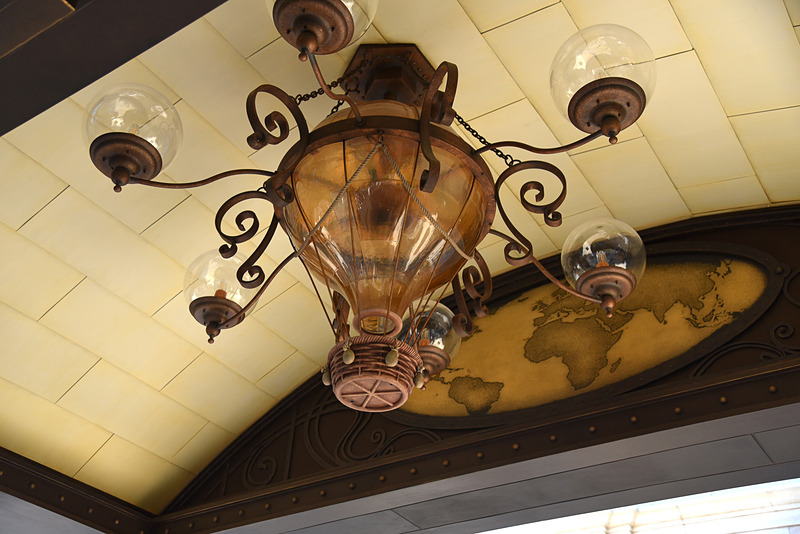 ランプはカメリア・ファルコが世界を巡る際に利用した熱気球を彷彿させる造形