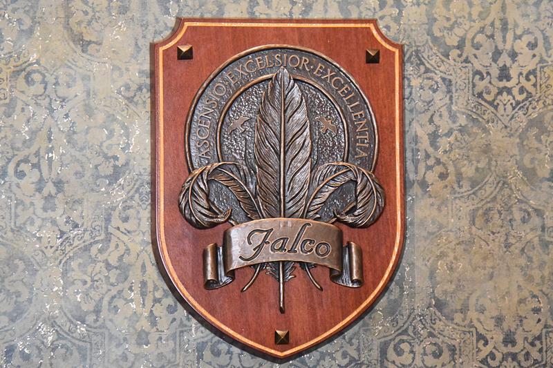 左右には「S.E.A.」とファルコ家の紋章。こちらは羽根が印象的なファルコ家のもの