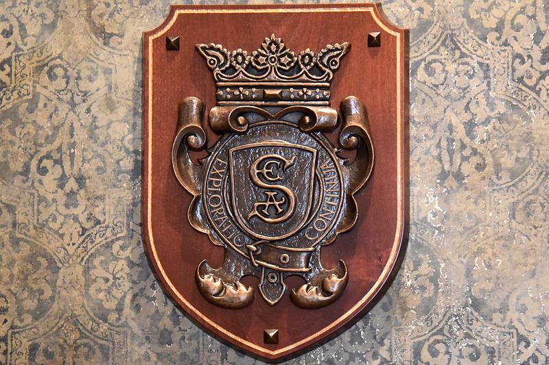 向かって左側は「S.E.A.」の紋章