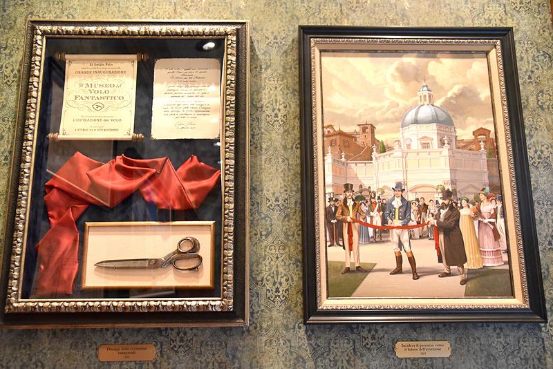 オープニングセレモニーの絵画やリボン、書類などを展示
