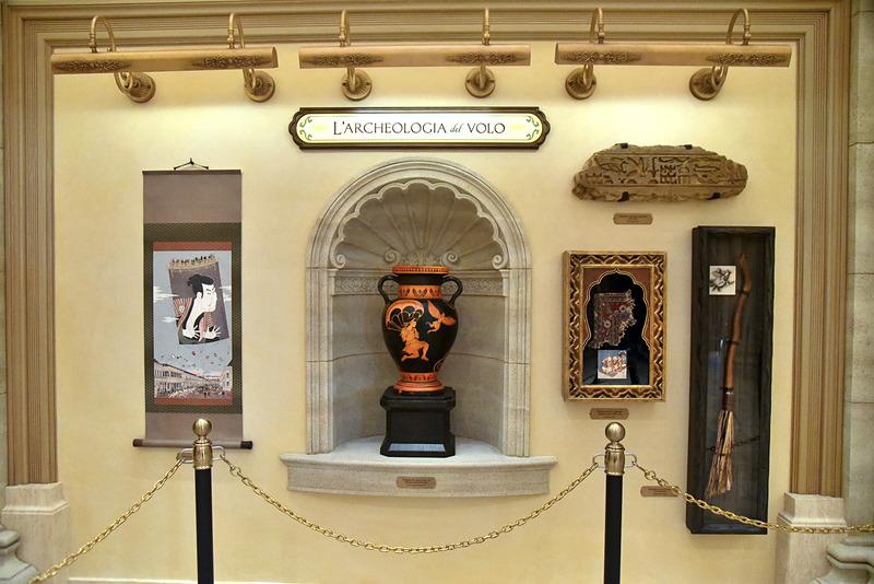 大きな壺や空飛ぶ絨毯の切れ端らしき布を鑑賞できる「考古学」