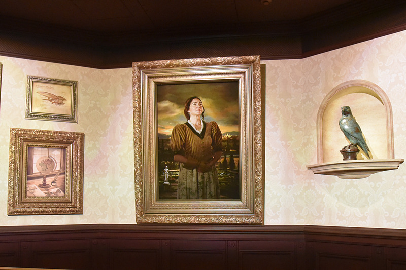 正面には肖像画と彼女の愛したアレッタの像も