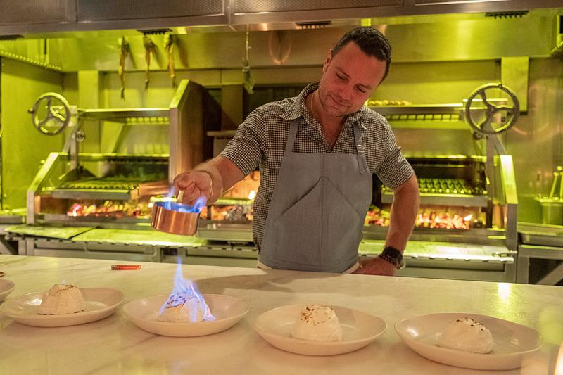 デザートのメレンゲに焼き色を付けるマイヤーズ氏