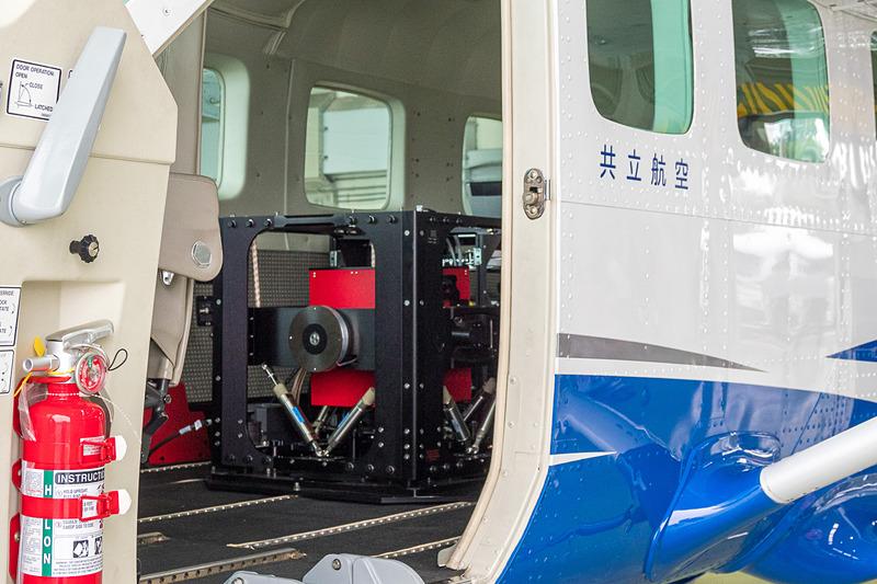 国土地理院が空からの重力測定「航空重力測量」をスタート。セスナ208型機に積まれた航空重力計で、4年間をかけて全国を測量する