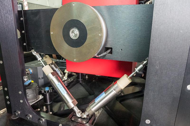 重力計はジンバルに乗せられた格好となっておりセンサーも利用して可能な限り水平を保持する