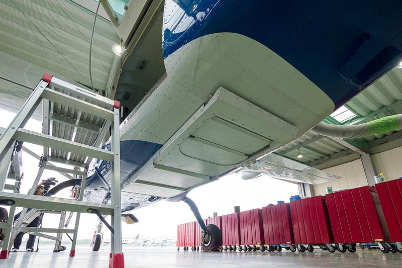 撮影業務では下部の開口部を利用するが、重力測量では閉じて運航する