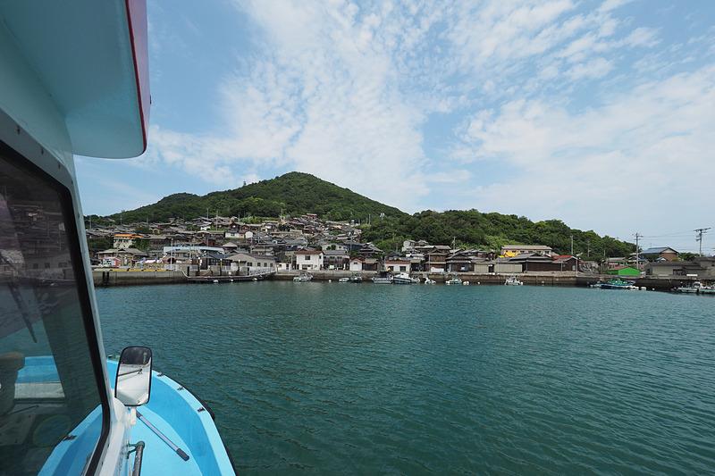 山肌に張り付くように集落が広がる男木島