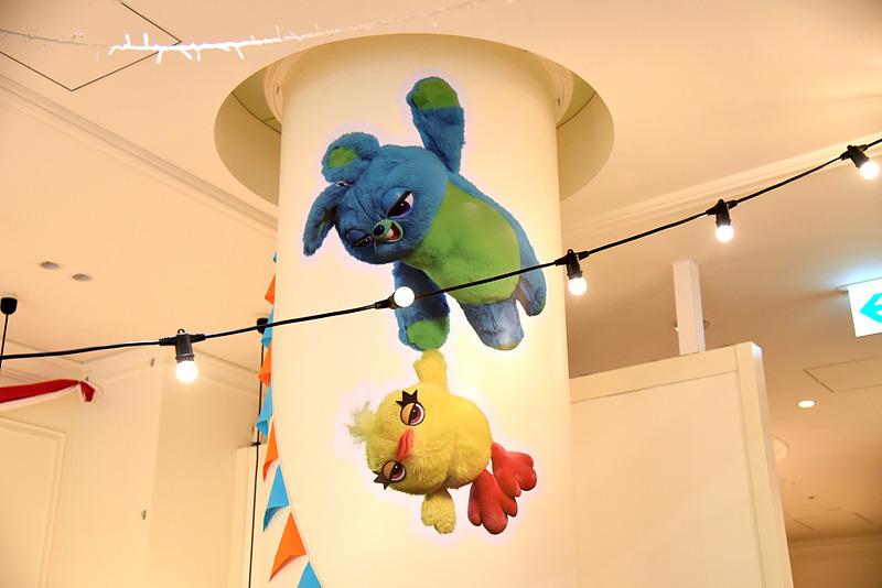 毒舌コンビのダッキー&バニーも天井からこんにちは