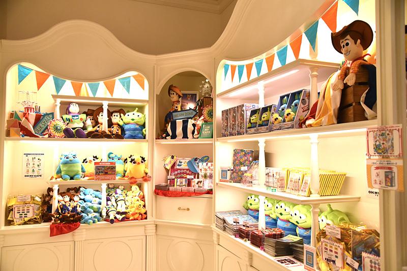 グッズ販売スペースもキュートなデコレーションが施されて購買欲が高まる ©POOF-Slinky, LLC