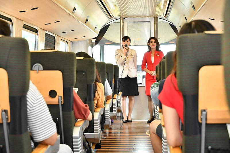 車内サービスがスタート。コラボレーション列車ということで両社の客室乗務員がアピール