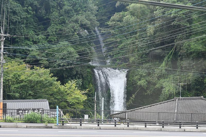 「慈恩の滝」ではスピードを落として通過