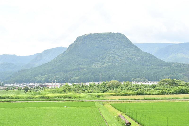 伐株山(きりかぶさん)は、山頂が平らな形状から伐採されたあとの切り株に見立てられ名付けられた