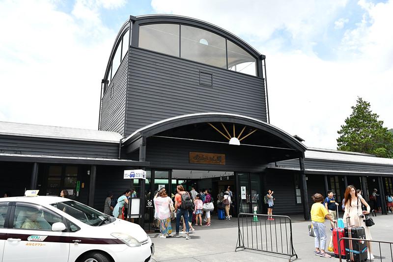由布院駅前は多くの観光客の姿があった