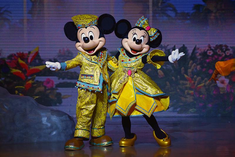 ミッキーマウスとミニーマウスは一緒にポーズ