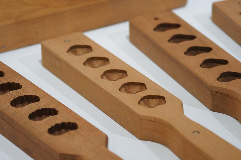 「206 TSU MA MU」では芸術祭の作品としての扱いではないものの和三盆の生産地らしい菓子木型や今では入手が難しいという左官ごて、丸亀のうちわ、讃岐の提灯など地元香川の工芸品が多数展示されている