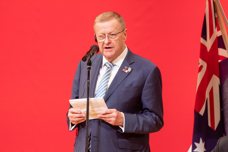 コーツ氏が招待された各国のオリンピック委員会代表を読み上げる