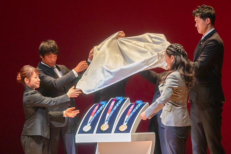 東京2020オリンピックのメダルをお披露目した瞬間