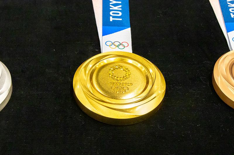 金メダルは純銀に6g以上の金メッキを施したもので、重さは約556g
