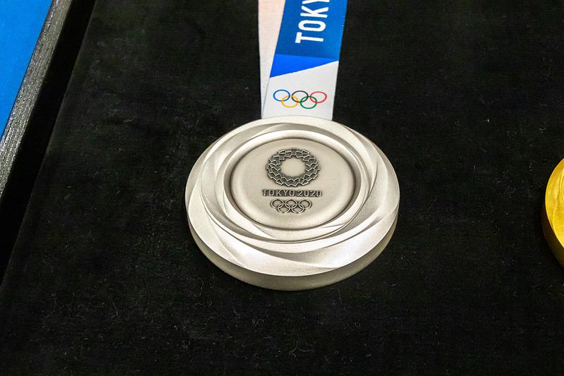 銀メダルは純銀製で、重さは約550g