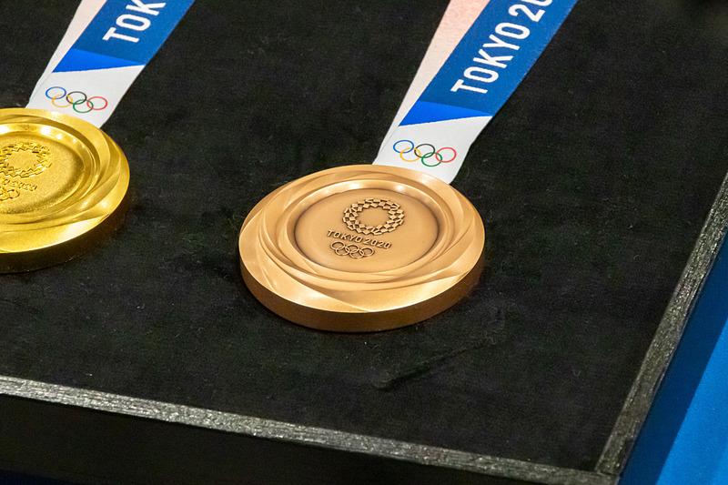 銅メダルは丹銅製(銅95:亜鉛5)で、重さは約450g