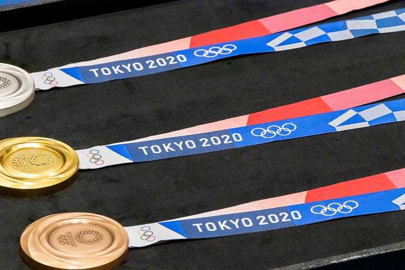 リボンはメダル本体上部への埋め込み式になっており、組市松紋をデザインに用いることで祝祭感とともに多様性と調和を表現している。また、裏側にシリコンプリントで金メダルには1つ、銀メダルには2つ、銅メダルには3つの凸加工が施されており、手で触れることで順位が分かるようになっている