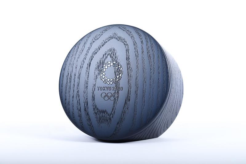 国産のタモ材を使用した藍色の木製メダルケース。円形のフタと本体が磁石によって、つながった輪のよう開いてそのままメダルをディスプレイすることもできる(写真提供:Tokyo 2020)