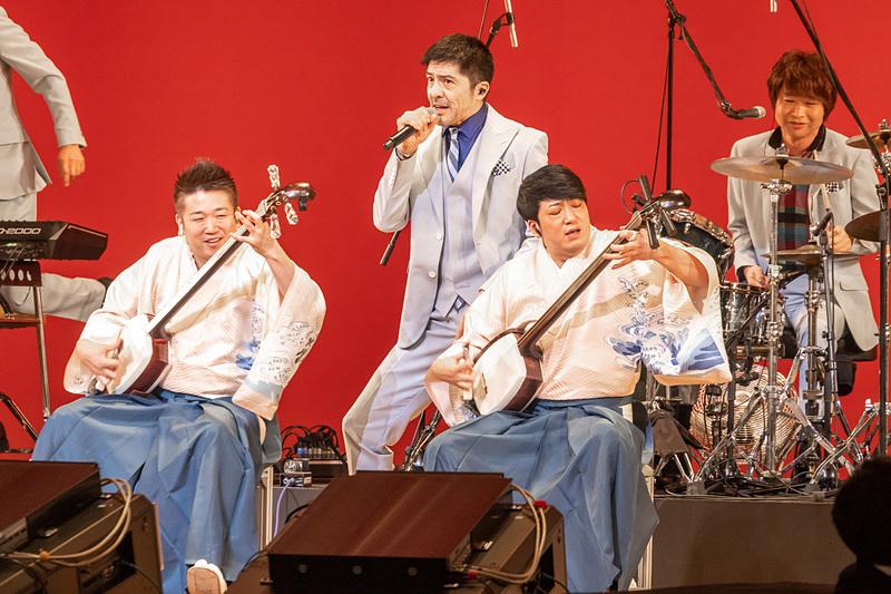 会場を盛り上げる東京スカパラダイスオーケストラと吉田兄弟