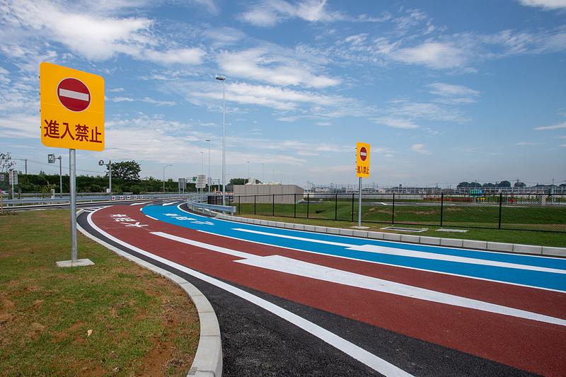 SAへの進入路は路面の色を普通車と大型車で分けしていて分かりやすい。逆走を防ぐ看板は大きめ