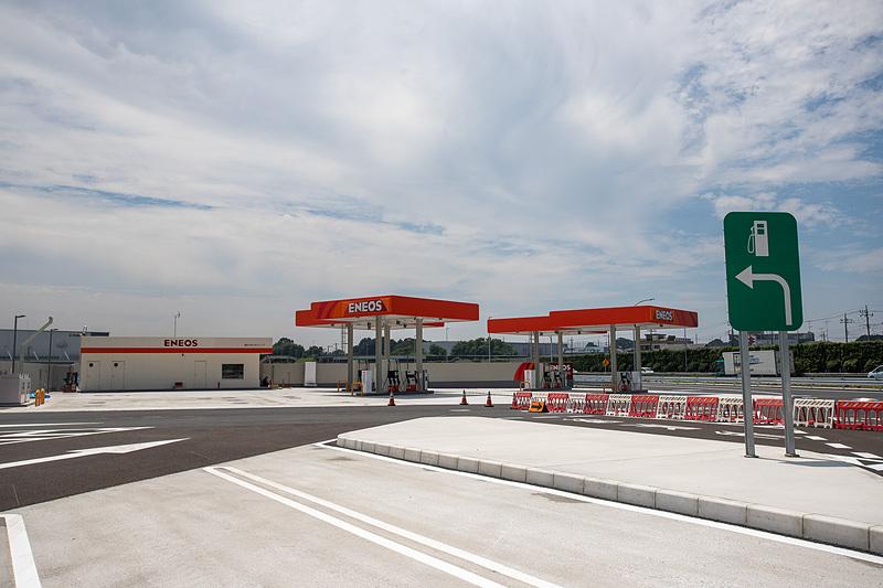 SA出口のところにガソリンスタンドがある。24時間営業でフルサービス